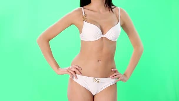 belo corpo feminino se encaixam em traje de banho.