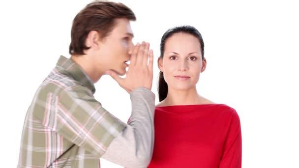 muž říká ženě některá tajemství nad bílé pozadí