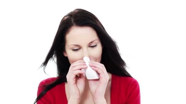 mladá žena fouká nos