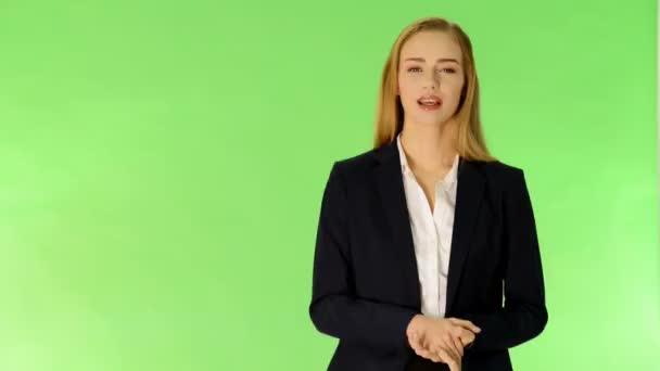 mladé ženy mluví a reklama.