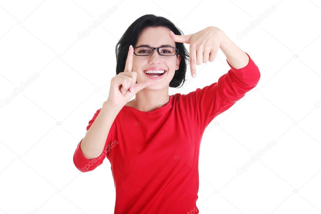 chica feliz con la cara en el marco de las palmas — Foto de stock ...