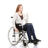 schöne kaukasische Frau sitzt im Rollstuhl.