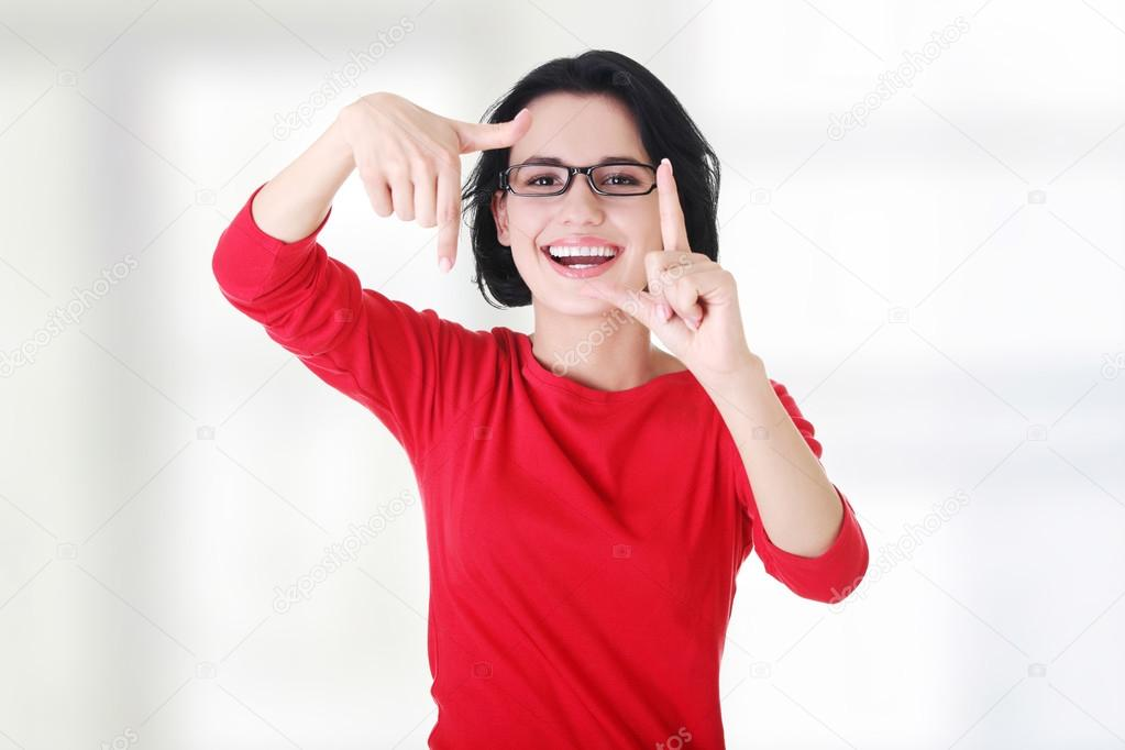 glückliche Mädchen mit Gesicht im Rahmen von Palmen — Stockfoto ...