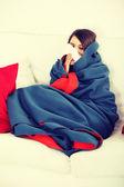 Junge Frau zu Hause haben Grippe