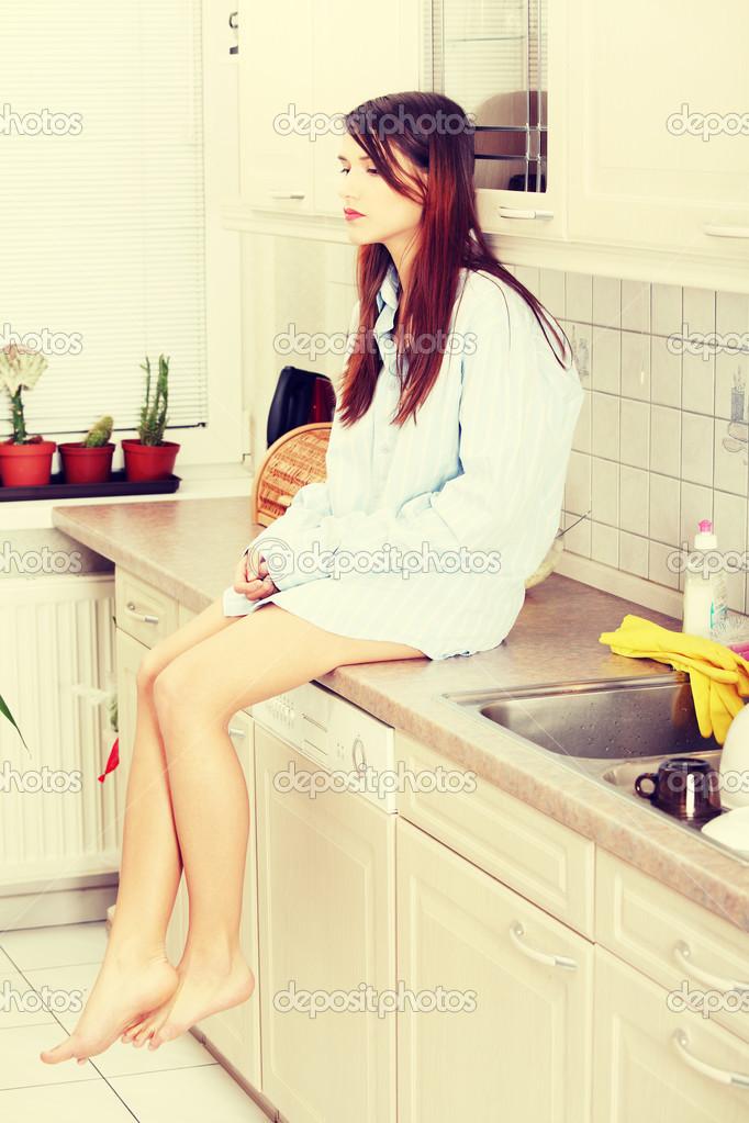Две женщины сидят на кухне фото #5