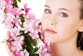 žena s zdravé čisté kůže a růžové květy