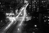 Fotografie moderní městské města v noci s dálnici provoz, černé a bílé