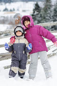 krásná mladá dívka a chlapec venkovní v zimě