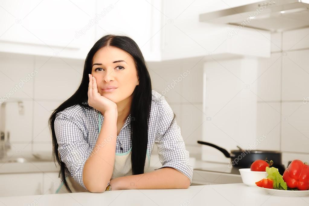 schöne Frau, die das Denken in Küche — Stockfoto © zurijeta #21501979