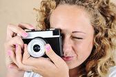 Nadšená dívka s drží fotoaparát