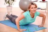 Fotografie schlanke Mitte alte Frau Fitness Übungen zu Hause