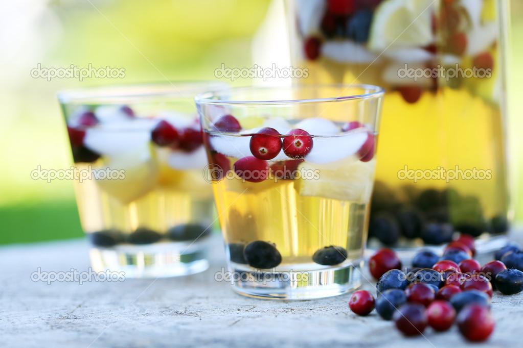 erfrischende Getränke auf einem Baumstumpf — Stockfoto ...