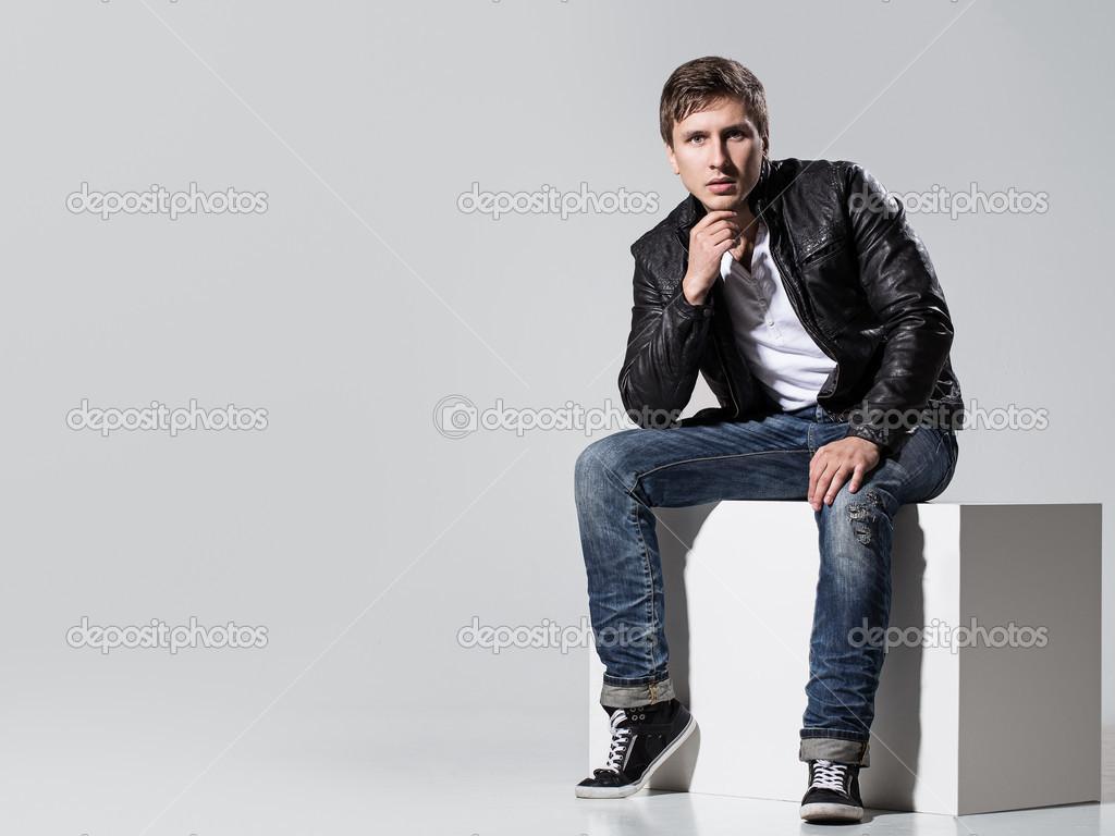 сидящая в джинсах на мужчинах видео