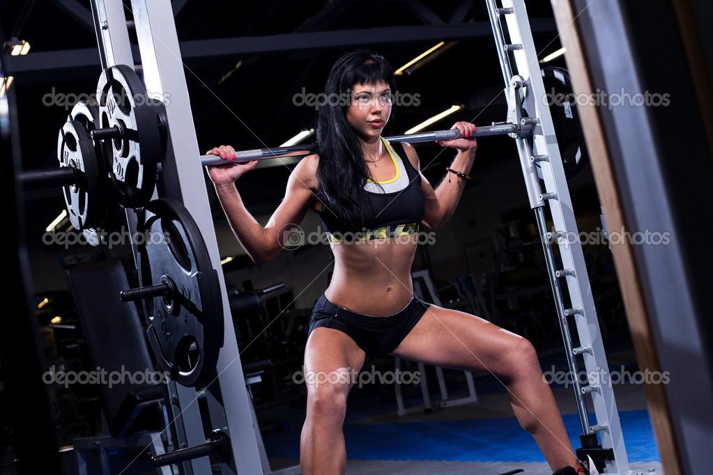 femme dans une salle de sport photo 38131903