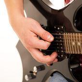 Fotografia giovane musicista holding chitarra elettro