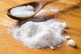 Lžíce a hromadu soli na stůl