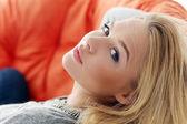 atraktivní blondýnka doma