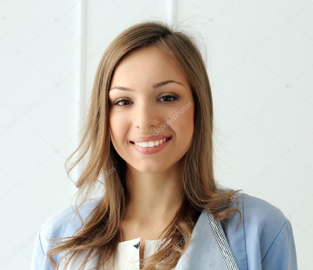 девушка женя с широкой улыбкой этом случае