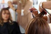 žena během stříhání vlasů
