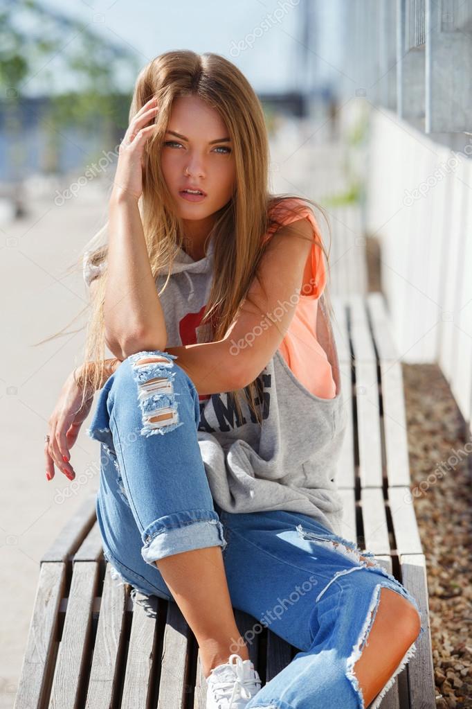 schöne Mädchen in zerrissenen jeans — Stockfoto © yekophotostudio ...