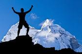 Muž turistika úspěch silueta v horách