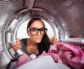 Fotografie Junge Frau tut Wäscherei Ansicht aus dem Inneren der Waschmaschine