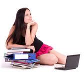 Dospívající dívka s počítačů pc na bílém pozadí