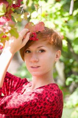 Bahar bahçesinde güzel genç bir kadın