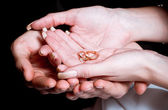 Photo Newly wed bride and groom holding hands rings