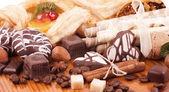 Fotografie kávová zrna a skořice, ořechy, ovocné koláče