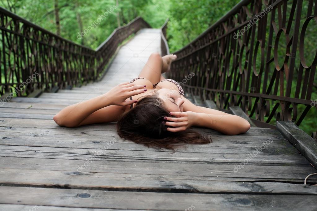 принялся сильно девушку выебали на мосту через спину