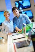 Fényképek Fiatal pár, fogyasztói elektronikai áruház