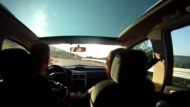 Boldog családi nyaralás utazás autóval