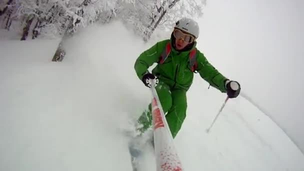 Lyžařský sport muž z kopce na zimu s zpomalené
