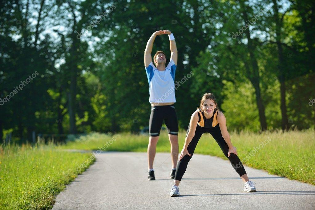 Célèbre l'exercice d'étirement après footing — Photo #16790167 XK76