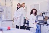 Vědci pracující v laboratoři