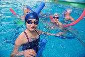 Fotografie Skupina šťastných dětí v bazénu