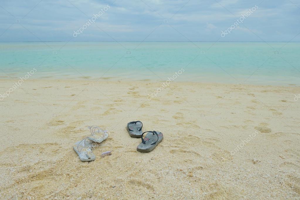 scarpe infradito su una spiaggia di sabbia — Foto Stock © .shock ... 64ecc9f10a8
