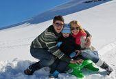rodina baví na čerstvém sněhu na zimní dovolenou