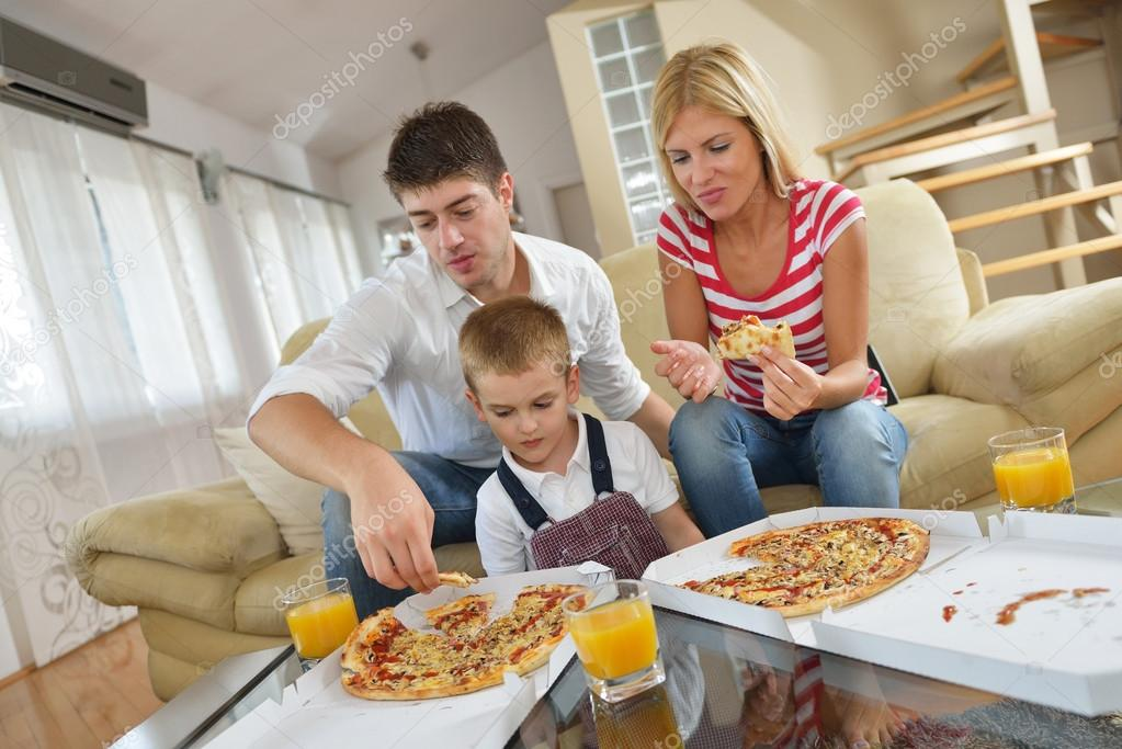 family eating pizza - 1023×683