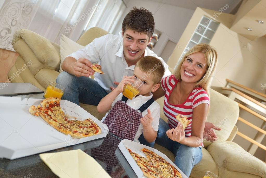 family eating pizza - 1120×747