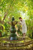 žena u fontány, tropický resort
