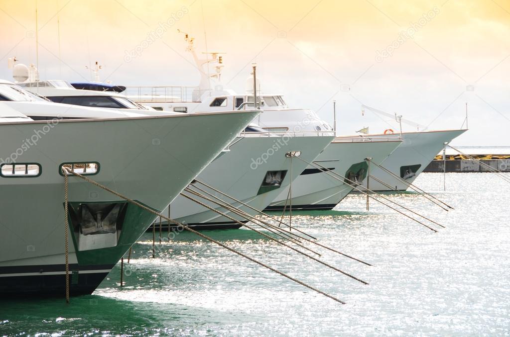 Fila di yacht nel porto di La Spezia, Italia