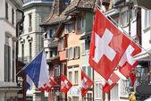 stará ulice v Curychu s příznaky pro švýcarské národní