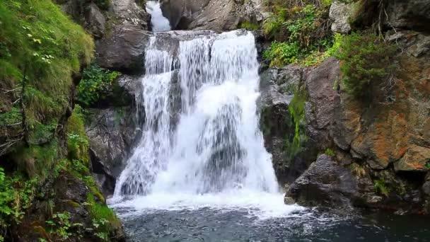 krásný závoj kaskádové vodopády