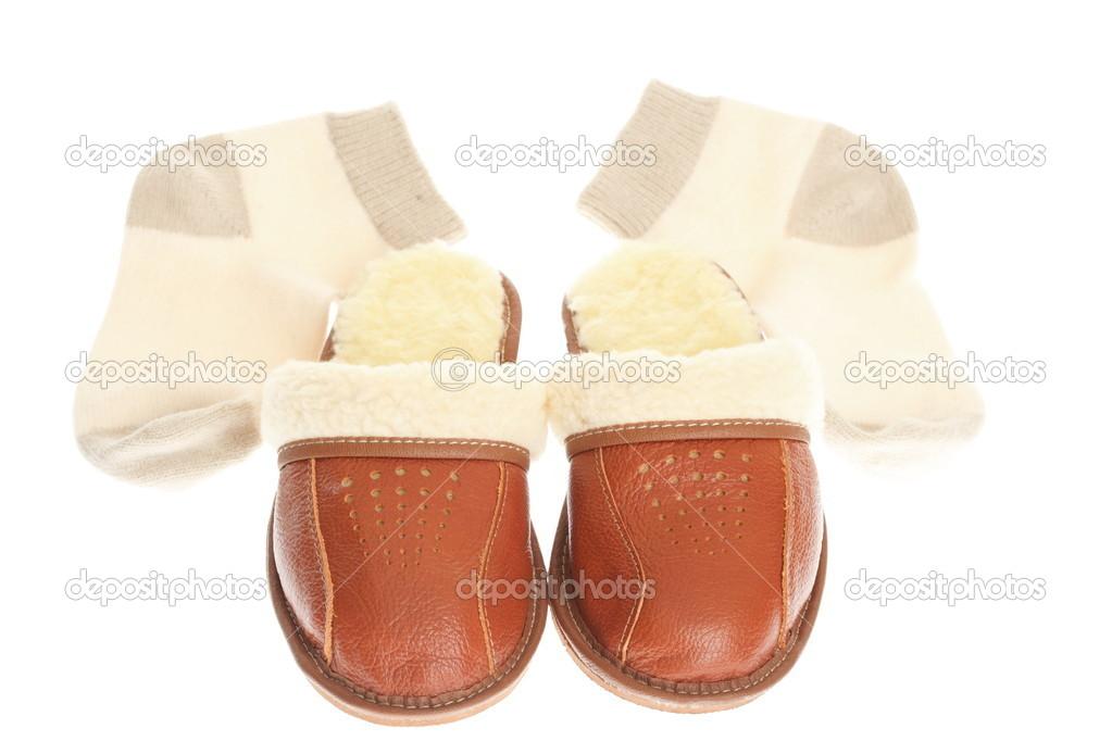45ff478f097 Bruine wol comfortabele slippers en dik wollen sokken - huis slipper  geïsoleerd op witte achtergrond — Foto van ...
