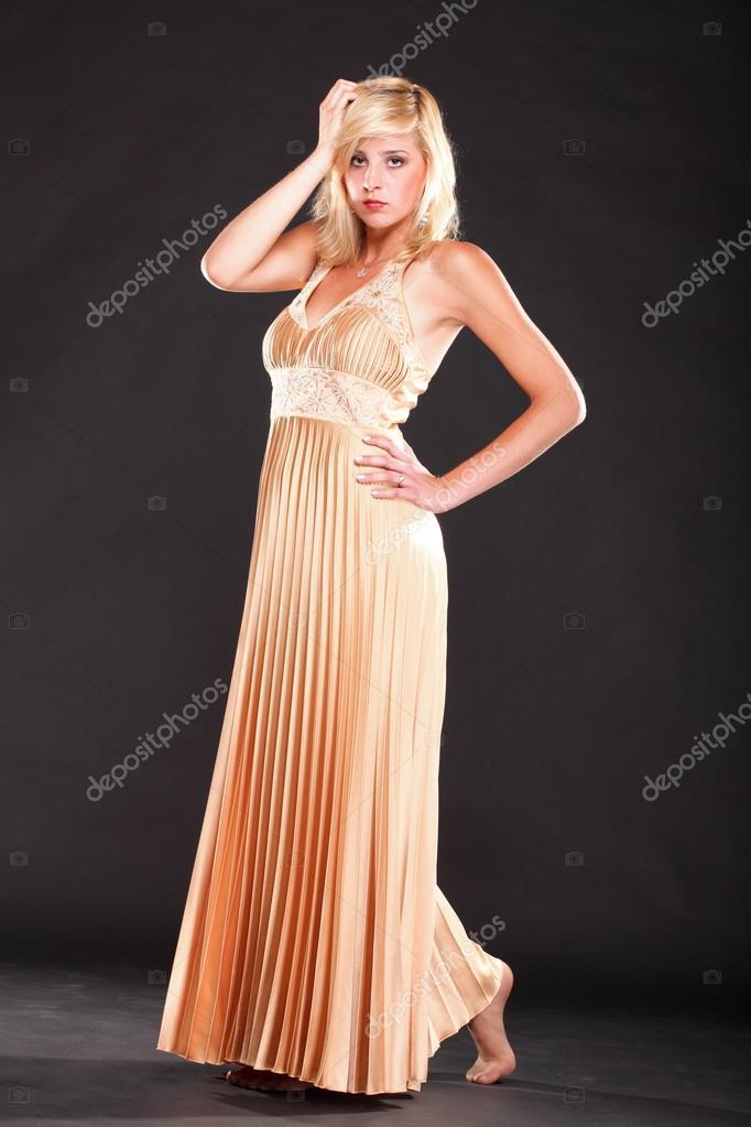 fdf46aedd402 Όμορφη γυναίκα ξανθιά μόδας μοντέλο σε κίτρινο φόρεμα μαύρο φόντο — Εικόνα  από ...