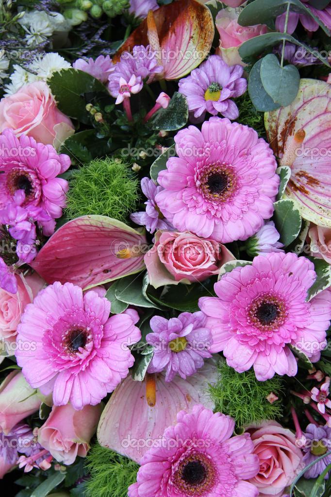 Arreglos Florales En Rosa Y Morado Fotos De Stock