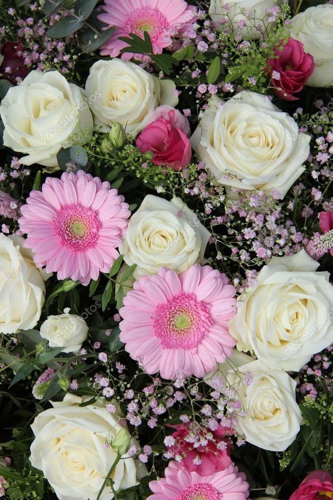 Разноцветные розы - белые, розовые, желтые, голубые
