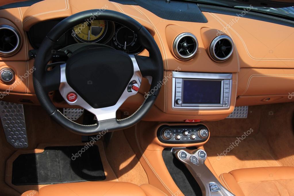 intérieur de voiture en cuir marron — Photographie portosabbia ...
